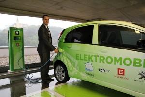 Tomas_Knespl_z_utvaru_ciste_technologie_CEZ_dobiji_elektromobil_v_prvni_ustecke_verejne_dobijeci_stanici_v_OC_Forum